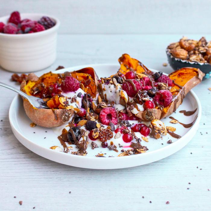 que manger le matin idee de petit dej patate douce yaourt granola framboises et chocolat idee menu de la semaine équilibré