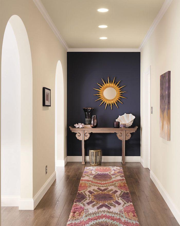quel pan de mur peindre pour agrandir la piece idée de pan de mur bleu marine murs blancs cassé table de service originale tapis coloré
