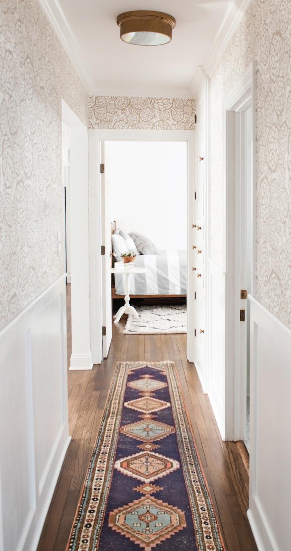 quel papier peint pour couloir etroit et sombre soubassement blanc et tapisserie murale blanc et beige à motifs fleuris