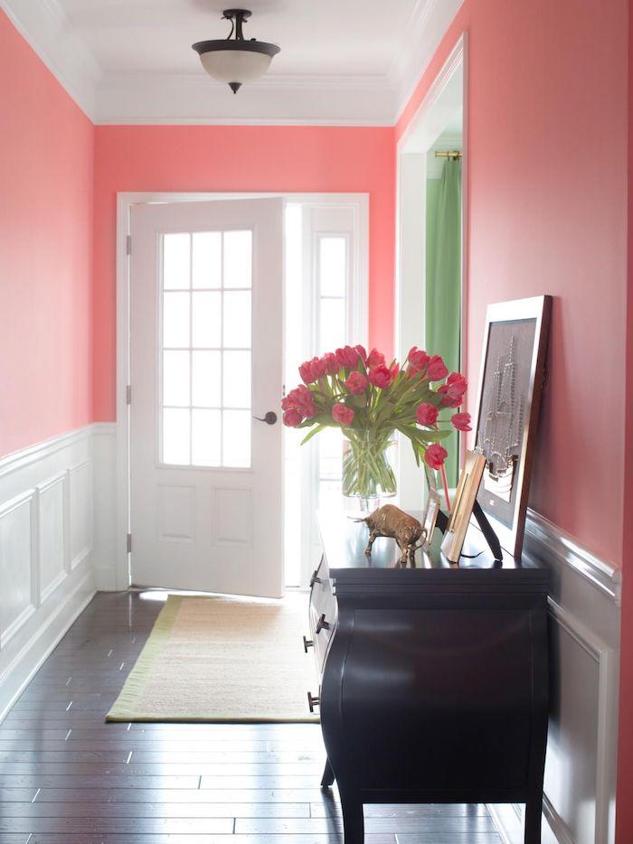 quelle couleur peinture couloir choisir idée de peinture rose soubassement blanc parquet bois marron foncé meuble entrée vintage bouquet de fleurs