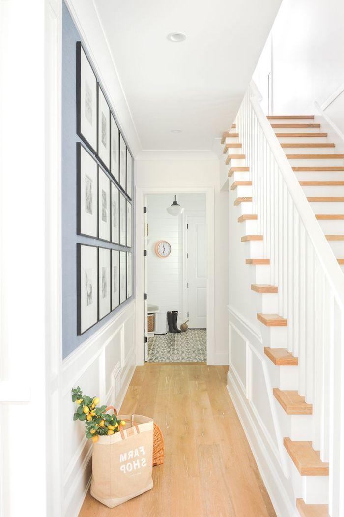 quelle couleur pour agrandir un couloir idée de pan de mur gris paruqet bois clair et murs et escalier blanc
