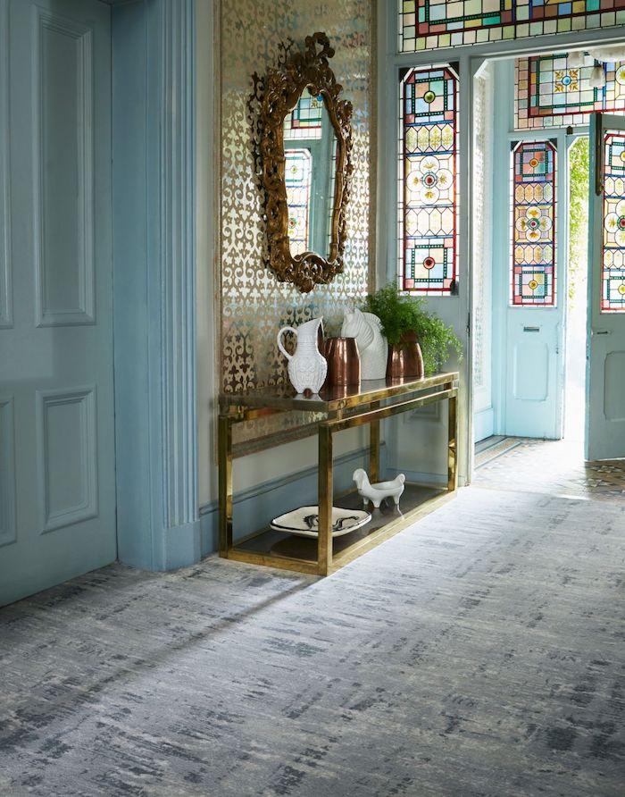 quelle couleur pour agrandir un couloir idee peinture murale bleu ciel portes avec des vitrages colorés meuble entrée et miroir style baroque