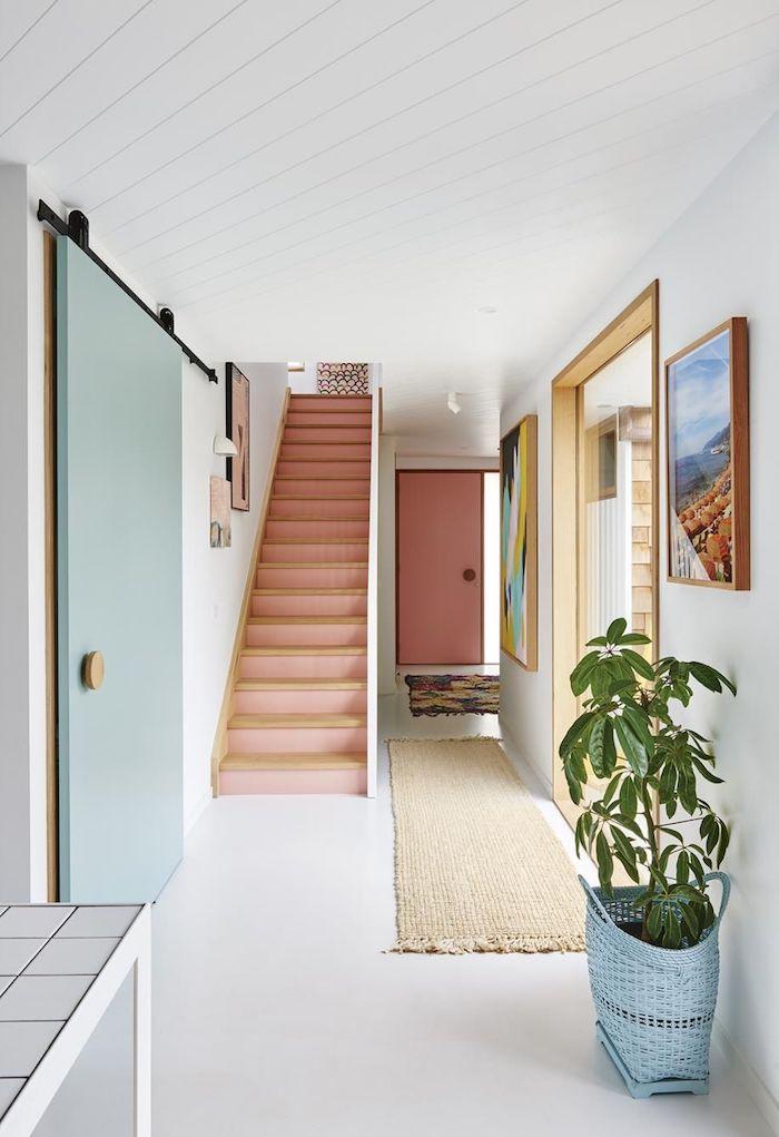 quelle couleur pour portes avec des murs blancs idée aménagement couloir avec escalier contremarches rose et porte couleur bleue