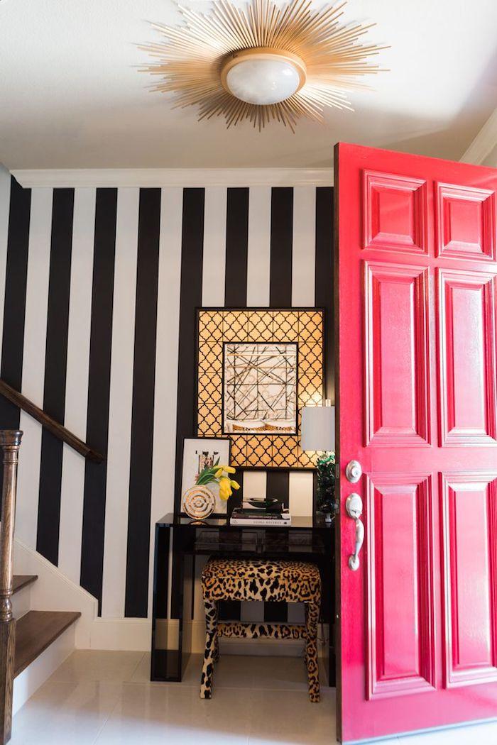 quelle couleur pour un couloir d entrée mur à rayures noir et blanc tabouret leipard et pore rose foncé
