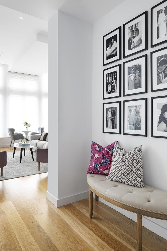 revêtement de sol parquet bois banquette blanche boutonnée pieds bois deco photo blanc et noir coussin décoratif rose