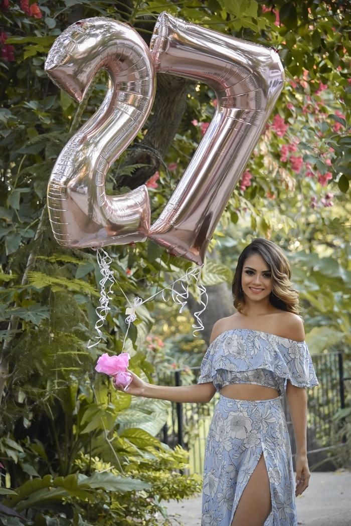 robe anniversaire deux pièces style boho chic party célébration top crop gris motifs floraux volants jupe longue fleurie fendue