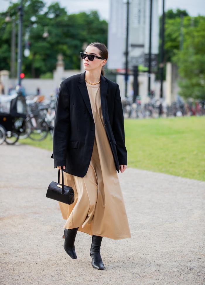 robe automne 2020 couleur beige fluide robe cheville blazer oversize noir bottines cuir noir lunettes de soleil tendance femme