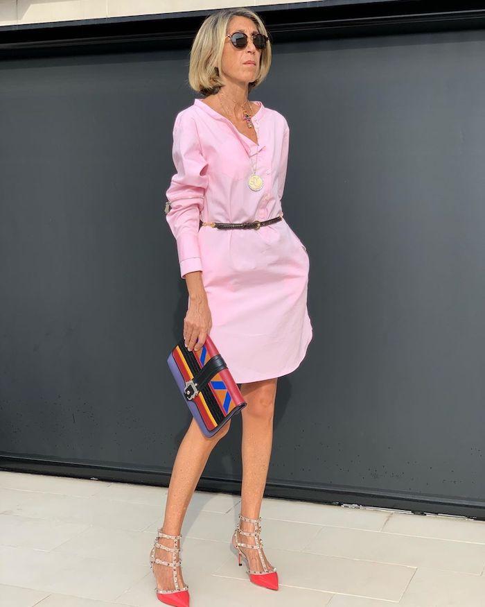 robe chemise rose avec des chaussures fuchsia et sac à main coloré mode femme 60 ans agée