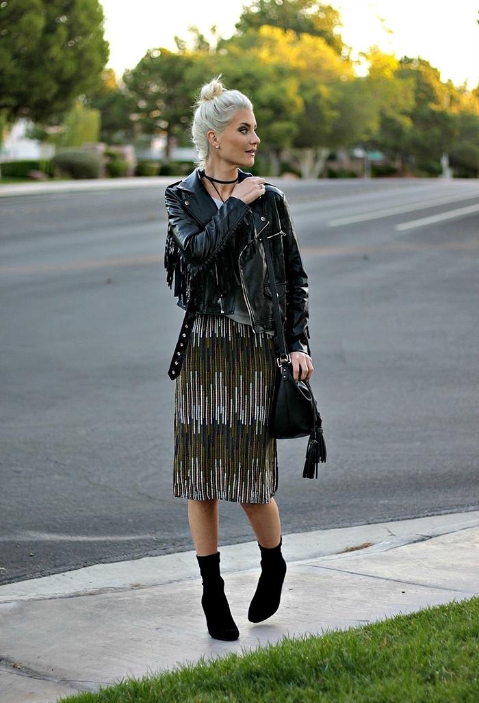 robe longueur genoux vert et gris idee tenue chic femme veste simili cuir noir franges sac à main noir bottines velours talons