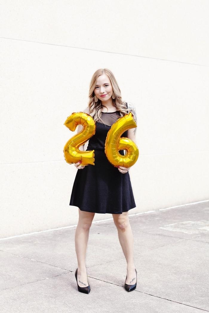 robe pour les fetes tenue classe robe courte noire bustier chaussures talons noirs boucles d oreilles maquillage rouge à lèvre rouge