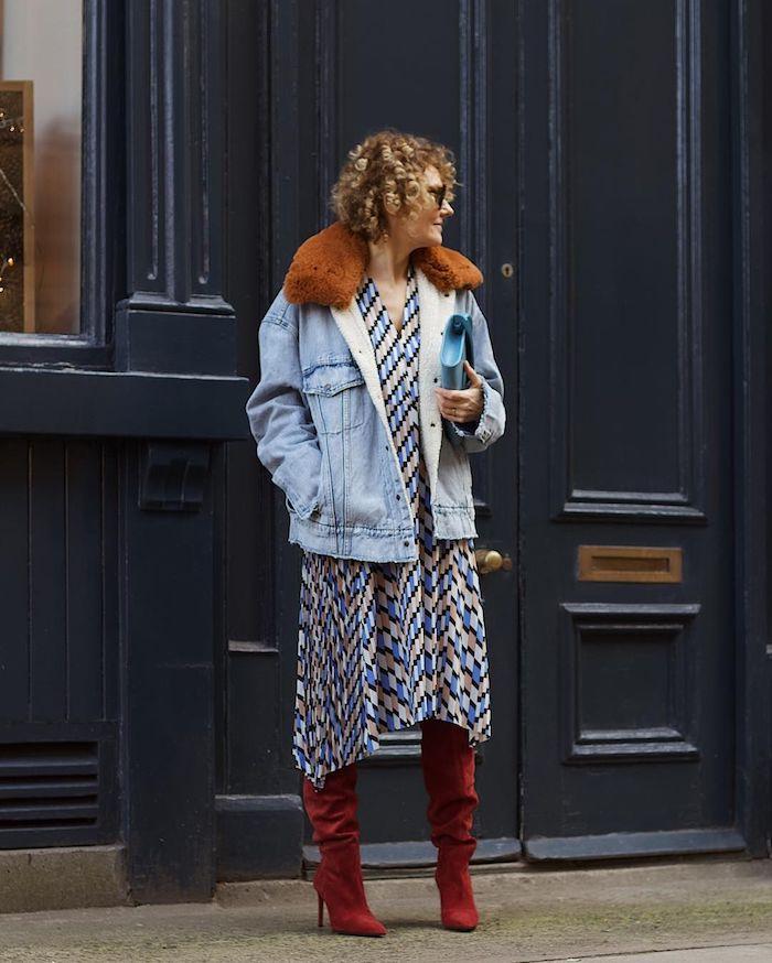 robes femme 50 ans robe à rectangles veste en jean bottes rouges look femme automne chic