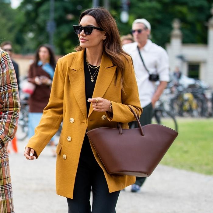 sac à main cuir bordeaux manteau jaune moutarde boutons blancs tendance automne 2020 blouse noire bijoux collier or