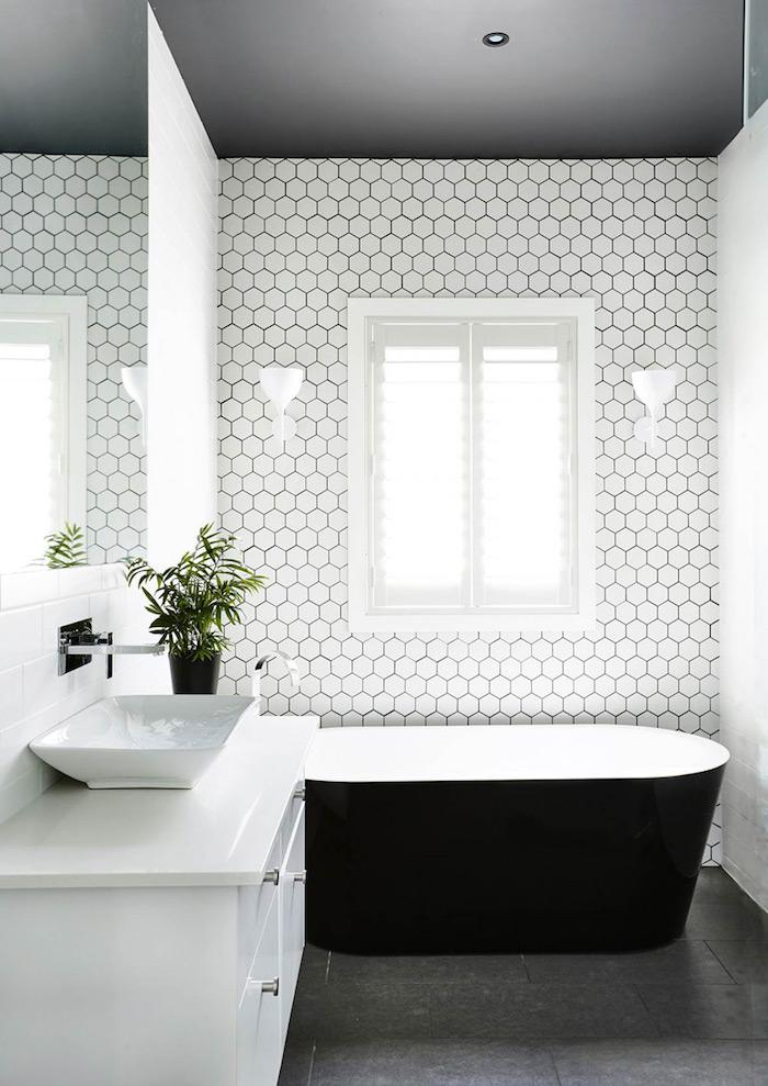 salle de bain tendance baignoire oeuf carrelage blanc plafond decoratif quelle couleur va le mieux avec le noir