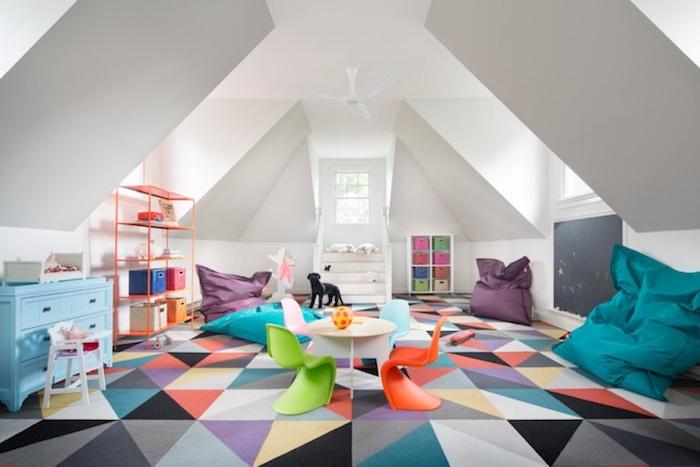 salle de jeux enfant tapis geometrique meuble rangement jouet idée déco salle de jeux