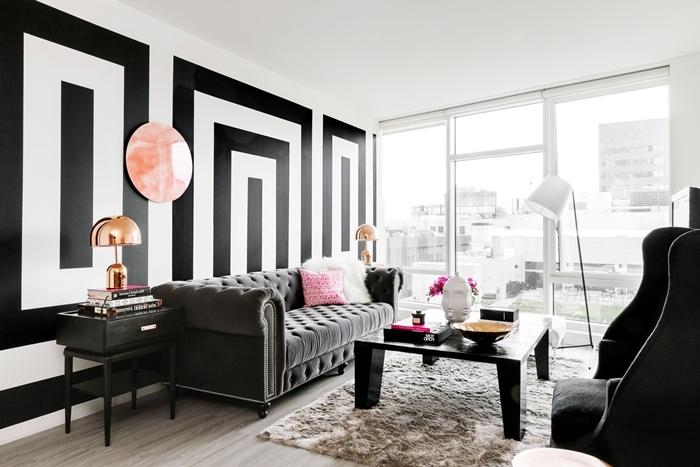 salon blanc et bois tapis moelleux beige lampe rose gold meuble noir canapé gris anthracite boutonné coussin rose