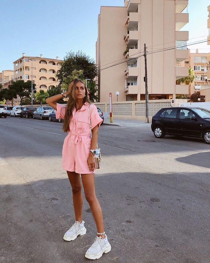 salopette rose tenue avec basket blanche cool tenue confortable et chic robe soiree ado vetement fille 12 ans à 16 ans idées des tenues