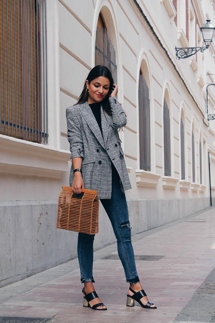 sandales à talons noires comment s habiller aujourd hui blouse noire blazer gris femme boutons noirs montre noir créoles or