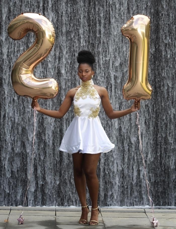 sandales talons dorées robe pour anniversaire tenue cocktail robe courte blanche col montant décoration broderie florale en or