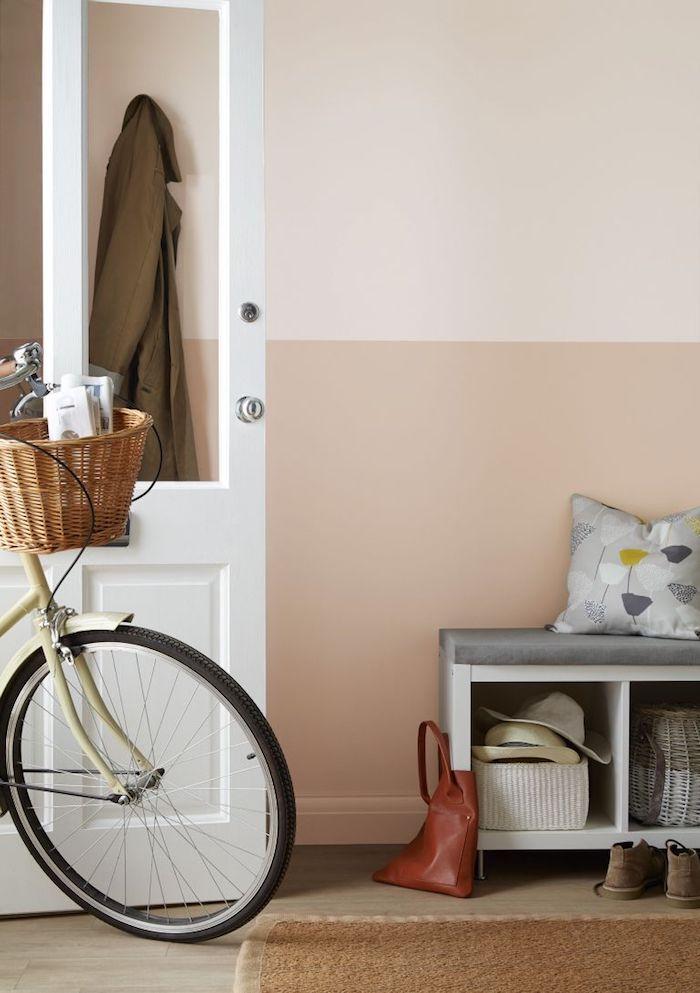 sobassement couleur beige cremeuse et peinture murale blanc cassé decoration coulour d entrée classique avec banc d entrée
