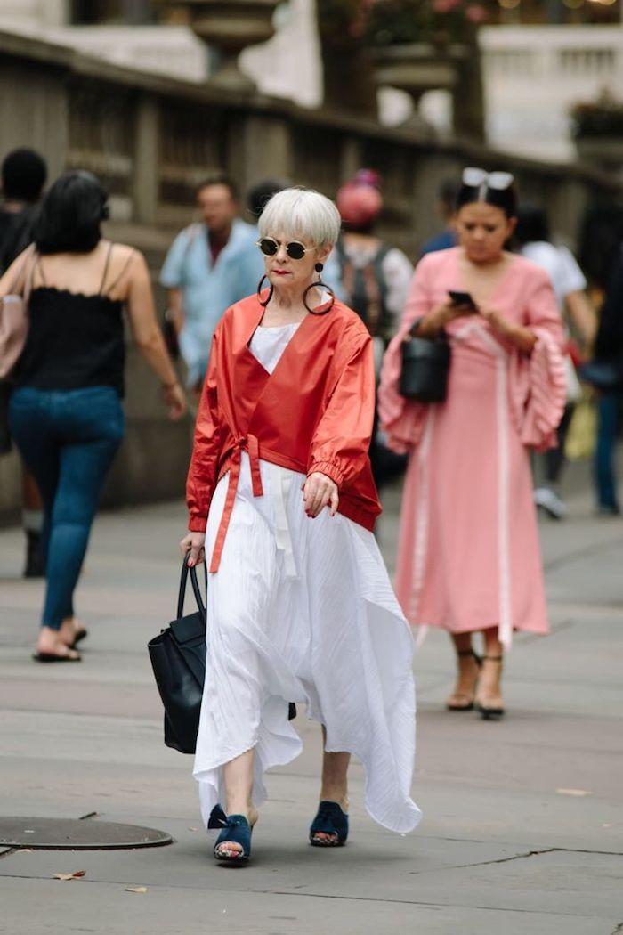 styke femme été idée de robe blanche transparanre et veste rouge avec einture idée look femme décontracté sylée à 60 ans
