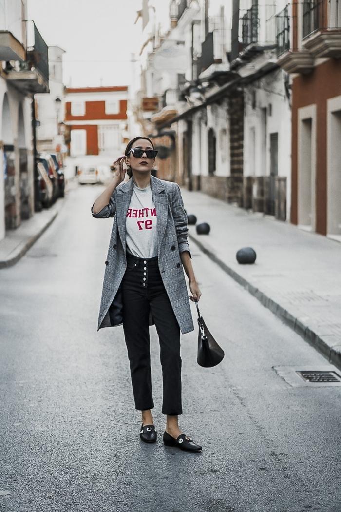 t shirt blanc pantalon noir taille haute blazer long gris clair motifs carreaux comment s habiller aujourd hui chaussures plates noires