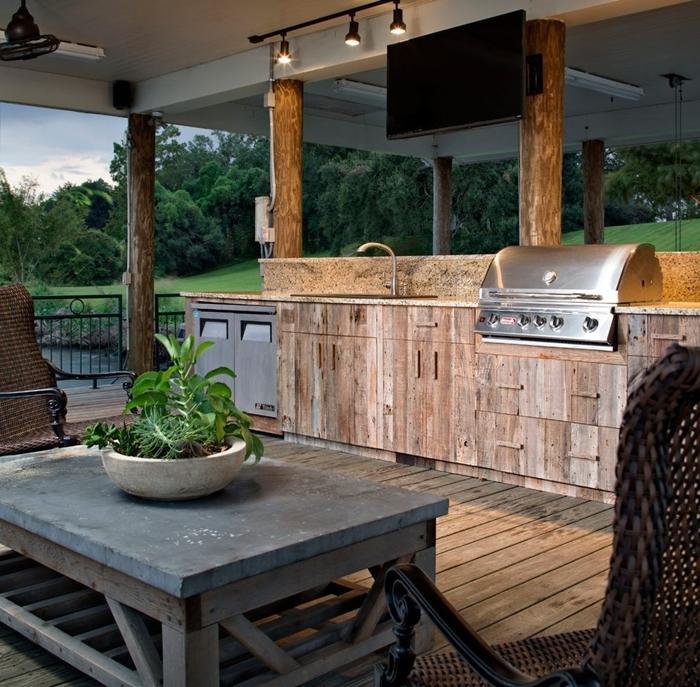 table basse boisb brut foncé décoration cuisine extérieure couverte meubles bois armoires crédence pierre éclairage rail industriel