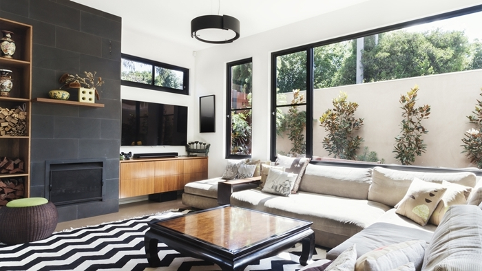 table basse noire pan de mur gris anthracite bibliothèque bois canapé d angle deco salon moderne noir et blanc gris