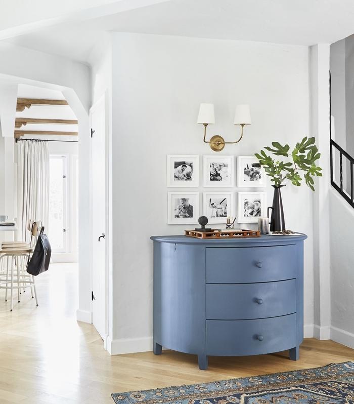 tapis bleu motifs ethniques applique murale blanc et or mur de photos blanc et noir deco photo famille design intérieur