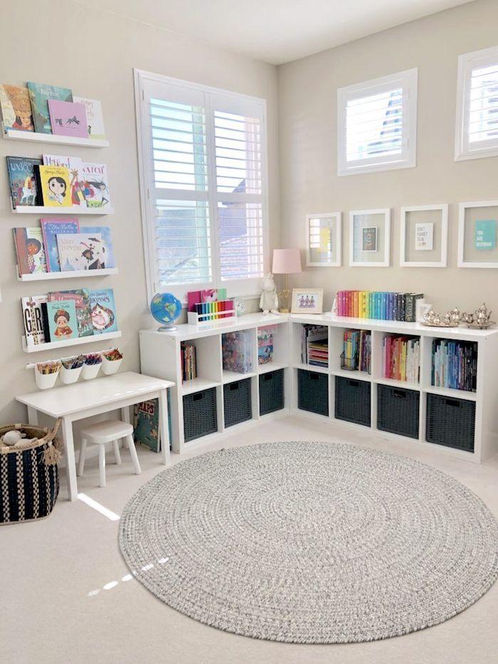 tapis rond gris coin avec livres meuble rangement jouet idée déco salle de jeux meuble enfant ikea rangement jouet chambre design original