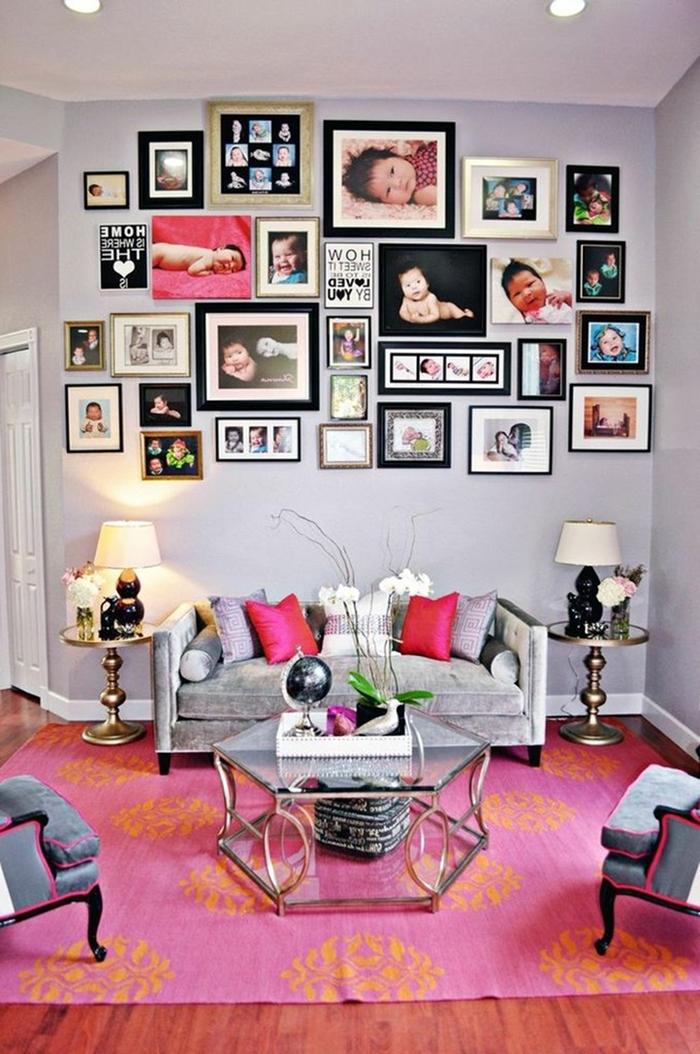 tapis rose revêtement de sol bois canapé gris coussin rose fuschia decoration mur interieur salon avec photos table verre