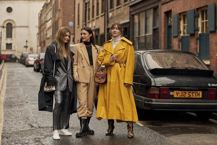 tendance automne 2020 vêtements manteau long jaune blazer oversize beige femme pantalon fluide beige bottines cuir noir