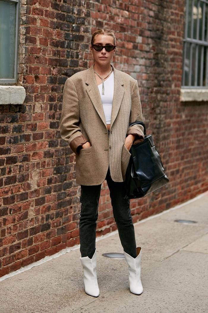 tendance automne 2020 vêtements mode femme top crop col asymétrique blanc pantalon slim noir bottines blanches cuir