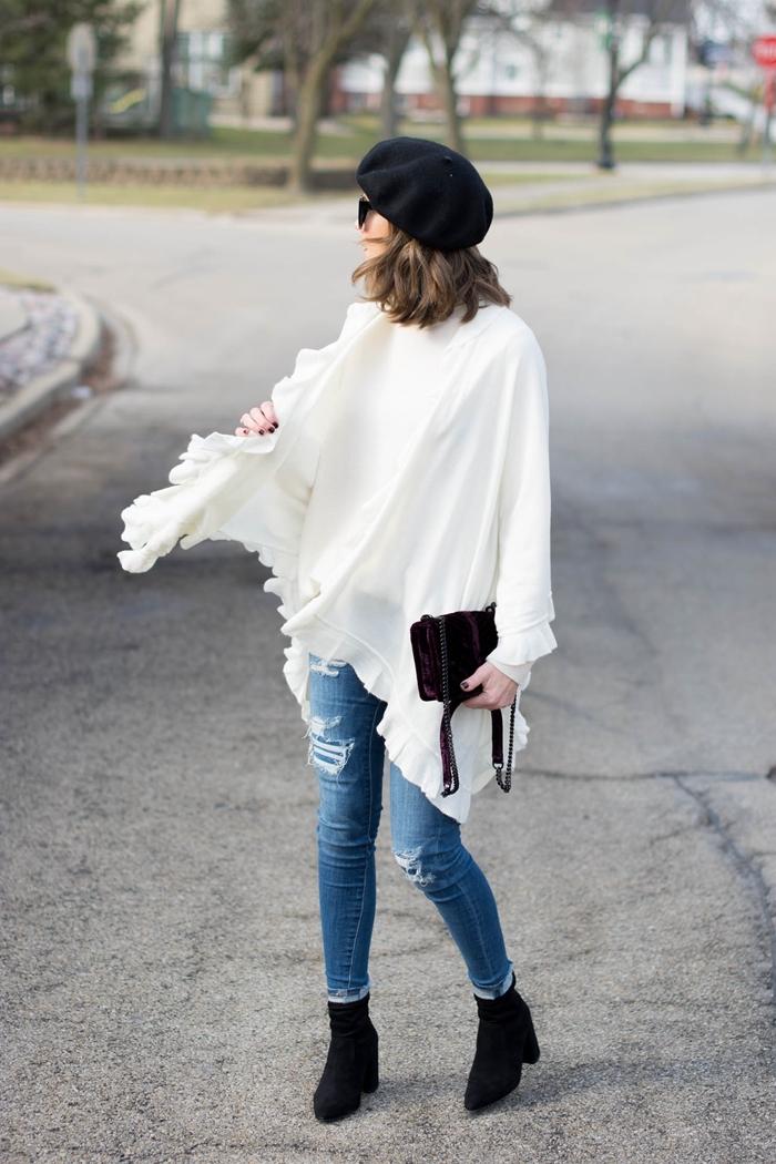 tendance automne hiver 2020 poncho blanc volants jeans déchirés clairs femme pantalon slim bottines velours noires talons