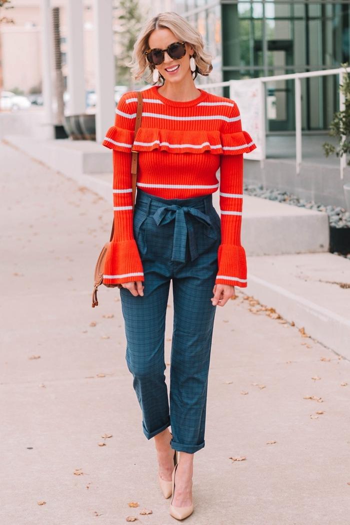 tendance mode 2020 blouse orange rayures blanches manches bouffantes volants pantalon taille haute ceinture mules talons nude