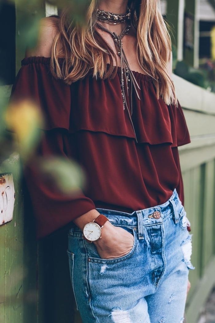 tendances automne hiver 2020 2021 blouse épaules dénudées couleur marron volants jeans déchirés femme montre marron
