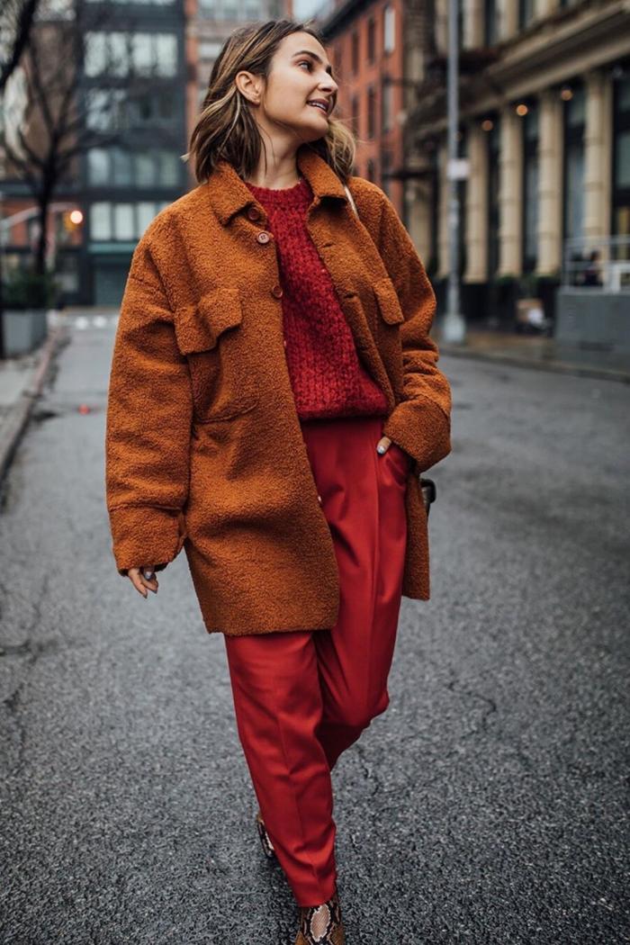 tendances automne hiver 2020 2021 pantalon rouge fluide pull rouge manteau marron bottines motifs serpent couleurs mode automne