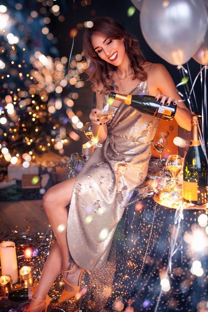 tenue élégante femme robe longue fendue décolleté bretelle robe dorée métalique manucure ongles noirs maquillage fête
