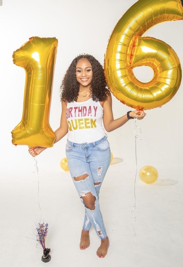 tenue anniversaire femme avec jeans déchirés débardeur blanc lettres glamour femme célébration fête tenue casual