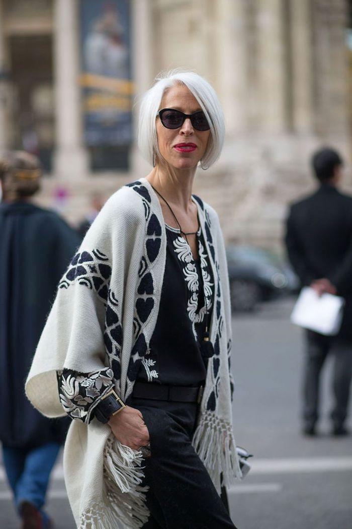 tenue automne femme monde femme 50 ans 60 ans avec chemise et pantalon noir et poncho noir et blanc