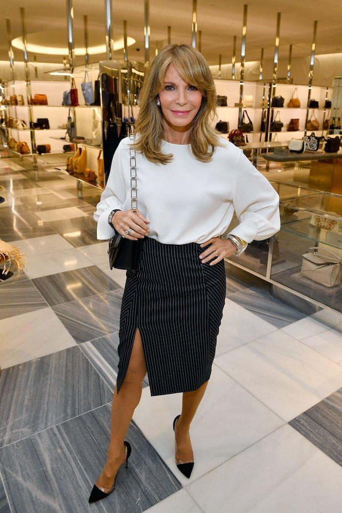 tenue avec chemise blanche et jupe avec fente à rayures exemple look moderne femme 60 ans