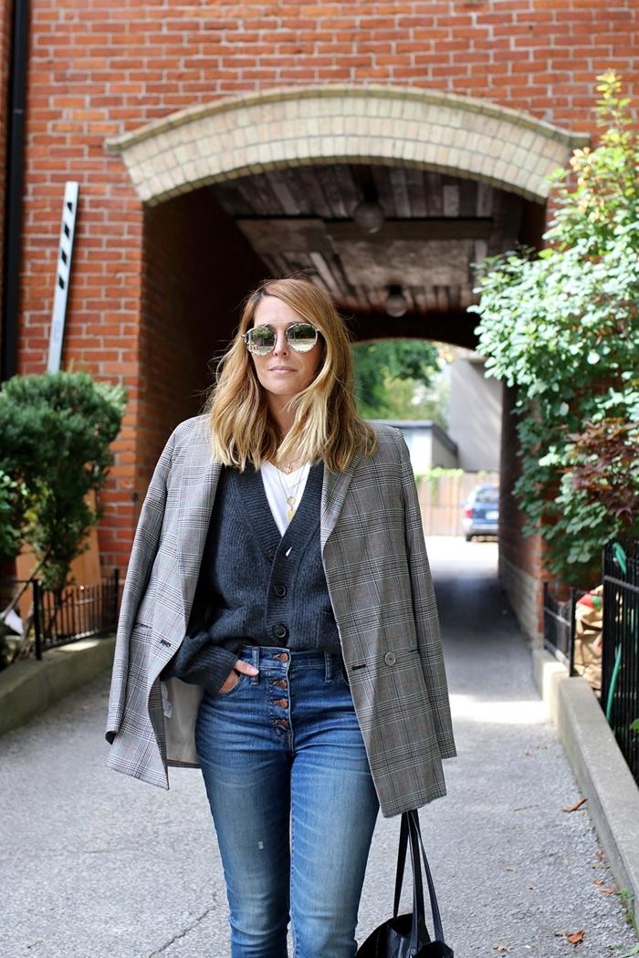 tenue classe femme jeans taille haute gilet gris anthracite t shirt blanc collier or blazer oversize gris clair motifs carreaux