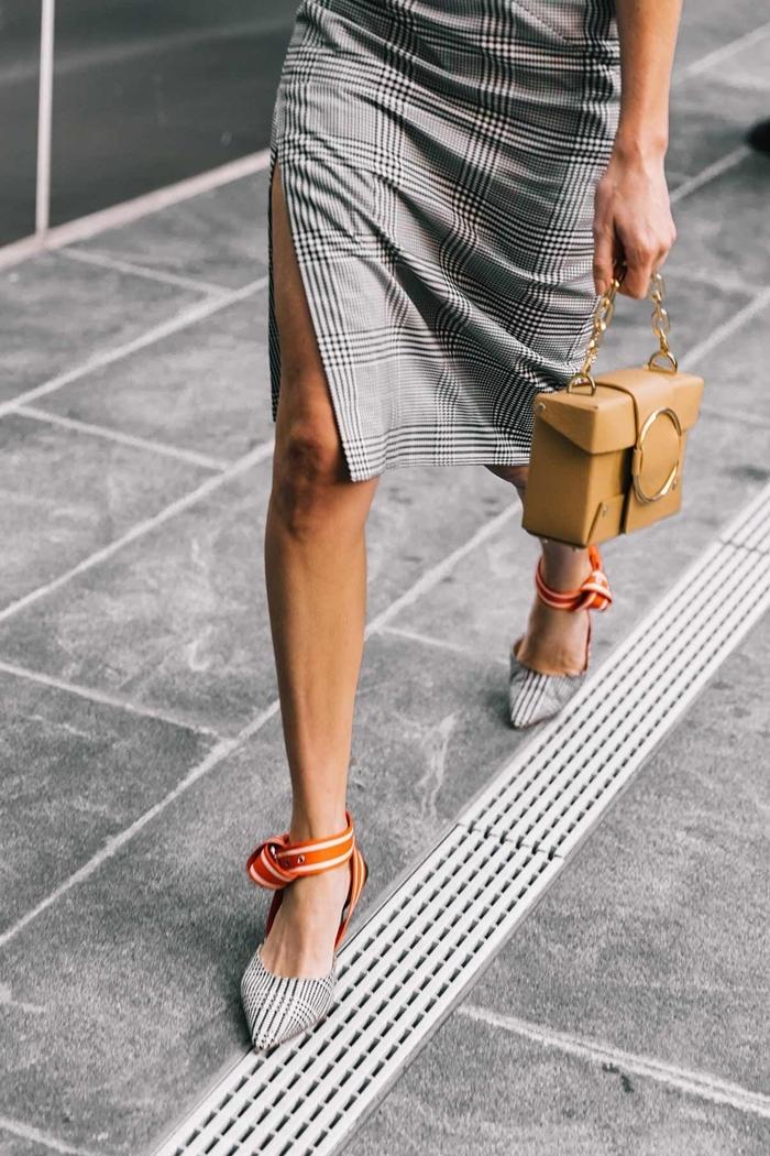 tenue classe femme vêtements style vestimentaire robe fendue longueur genoux impriés carreaux gris chaussures prince de galles