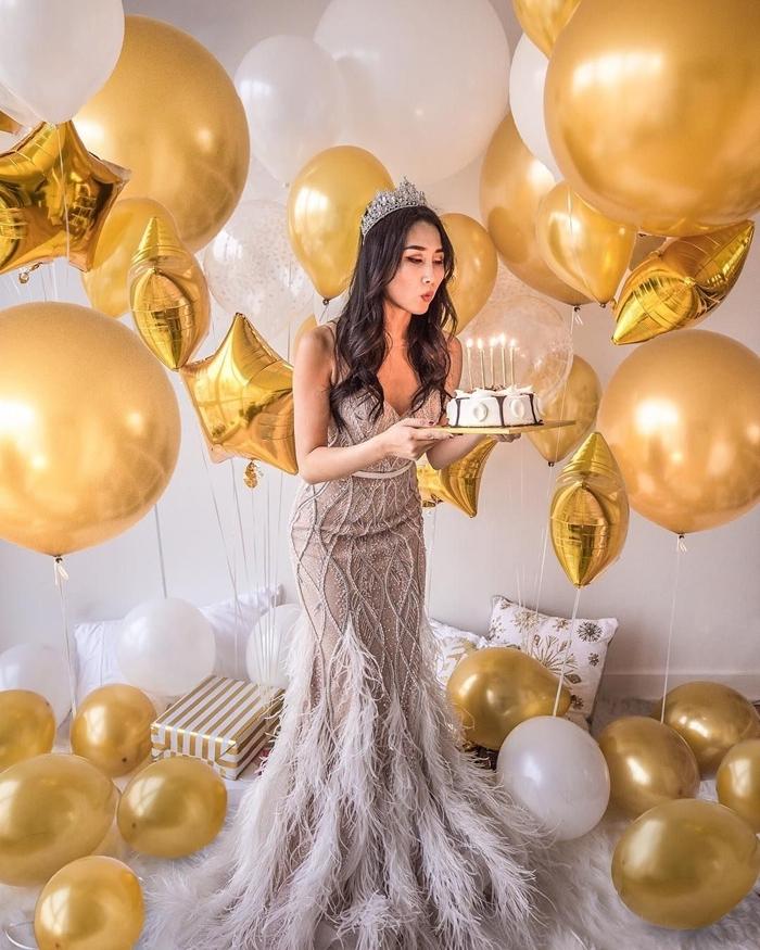 tenue de fête femme robe sirène nude ornements plumes perles diadème cristaux accessoires tenue soirée anniversaire