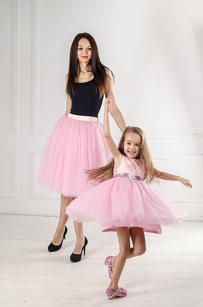 tenue de fete mère et gille jupe tutu rose pastel débardeur noir chaussures à talons femme noires robe princesse fille