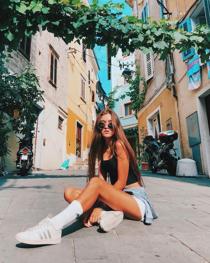 tenue de vacances d ete photo dans le quartier latin maisons colorés basket blanche adisdas robe ado fille idée de tenue pour ado fille mode et beauté lunettes de soleil rondes
