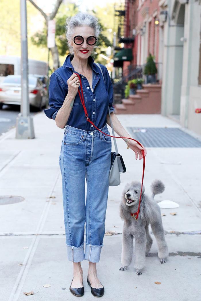 tenue en jean avec chemise et pantalon en jean accessoire lunettes femme modernes idée garde robe idéale femme 60 ans