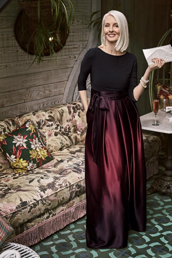 tenue mariage femme 60 ans avec jupe longue couleur bordeaux et top noir à manches longues mode femme 50 ans