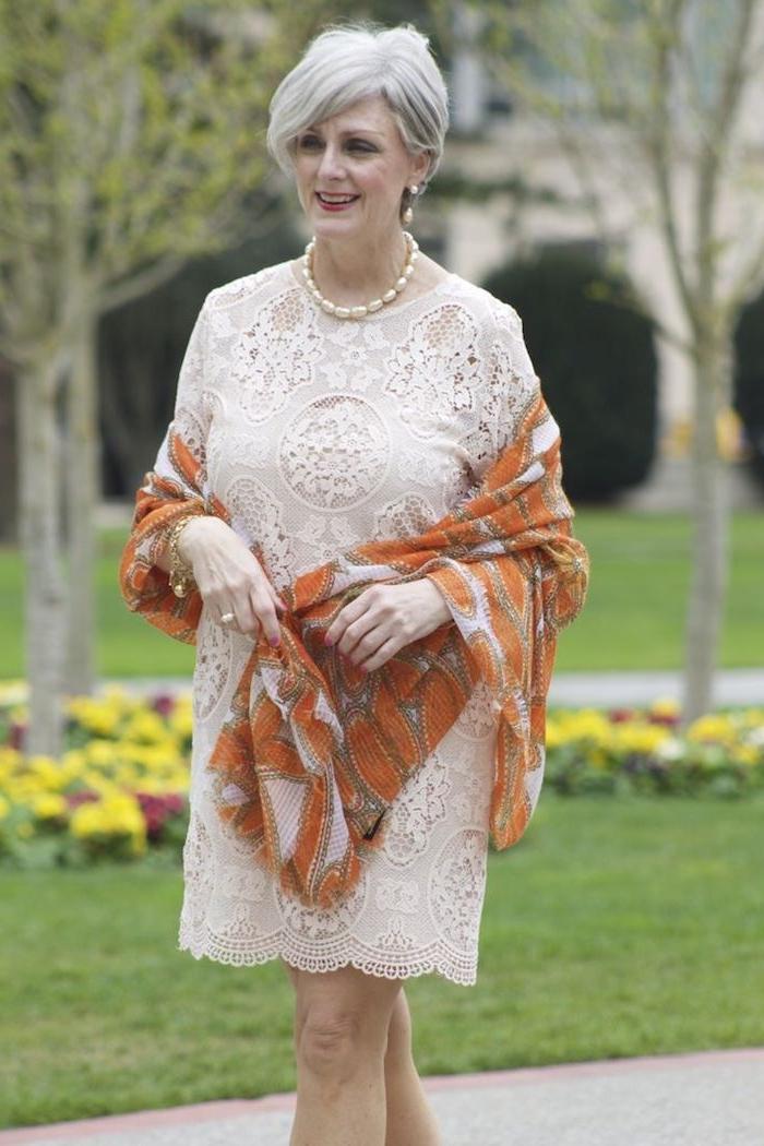 tenue mariage femme 60 ans idée de robe droite dentelle stylée et écharpe orange look femme occasion speciale