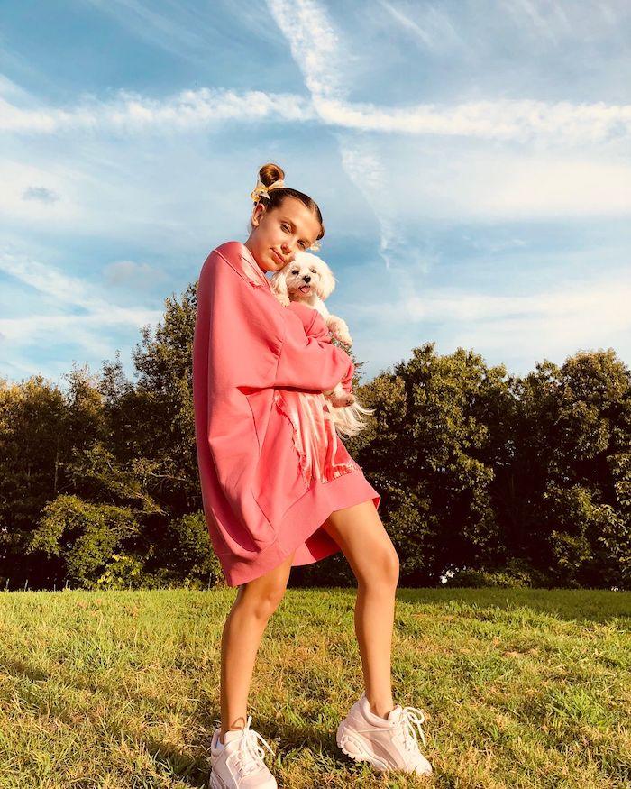 tenue pour ado fille comment s habiller pour la rentrée 2020 millie bobby brown et son chien tenue blouson et basket blanc