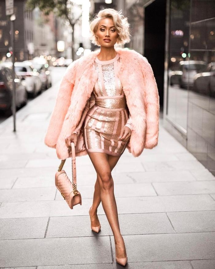 tenue soirée femme chaussures à talons robe courte rose nude accents rose gold manteau fourrure rose pastel style femme